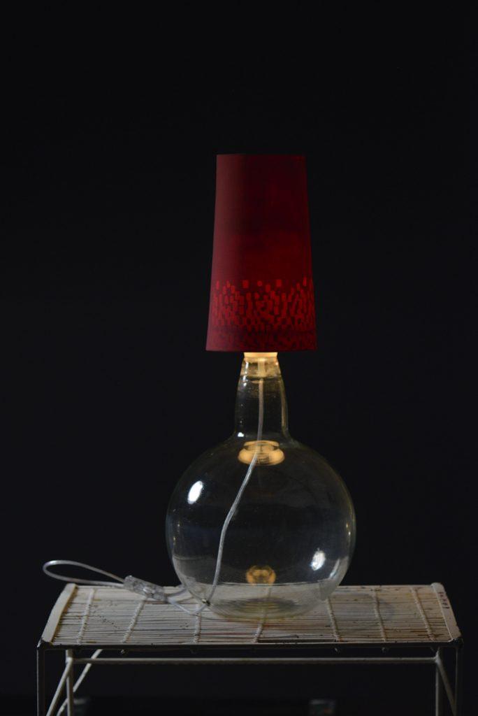 Lampa z czerwonym kloszem